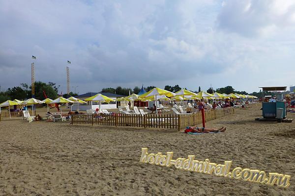 Анапа Центральный пляж зона с шезлонгами и зонтами